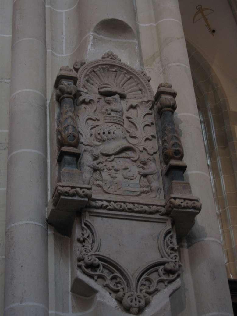 Het koor en de kapellen rondom het koor vormen het oudste deel van de kerk. Men treft hier nog veel laatgotische elementen aan, zoals de traceringen van de afsluitende balustrades en van de ramen, die in iedere kapel weer andere patronen vertonen.