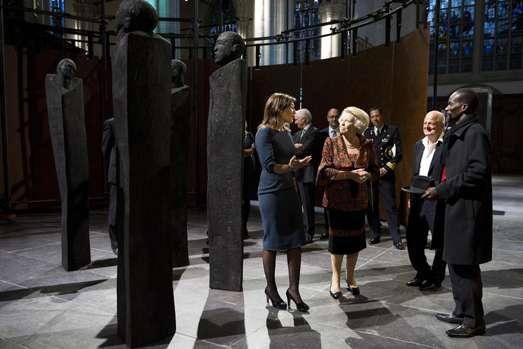Tentoonstelling Magisch Afrika in De Nieuwe Kerk geopend in aanwezigheid van Prinses Beatrix