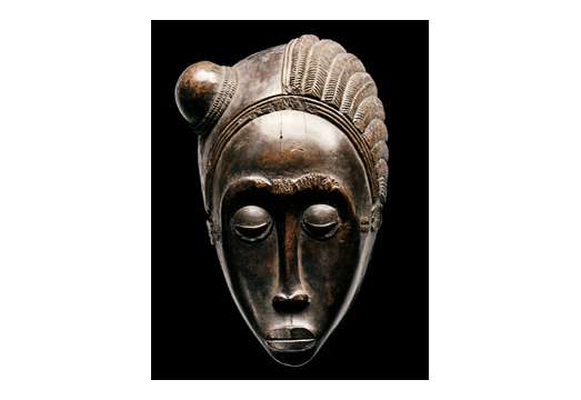 H.K.H. Prinses Beatrix der Nederlanden bij opening tentoonstelling Magisch Afrika, maskers en beelden uit Ivoorkust in De Nieuwe Kerk Amsterdam