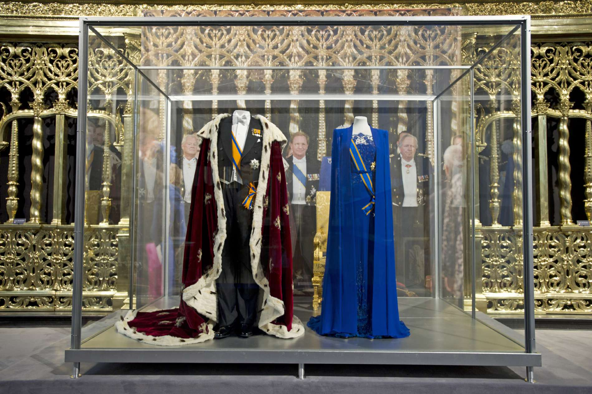 130618 Koningsmantel en rokkostuum van koning Willem-Alexander en de jurk van koningin Máxima in De Nieuwe Kerk in Amsterdam