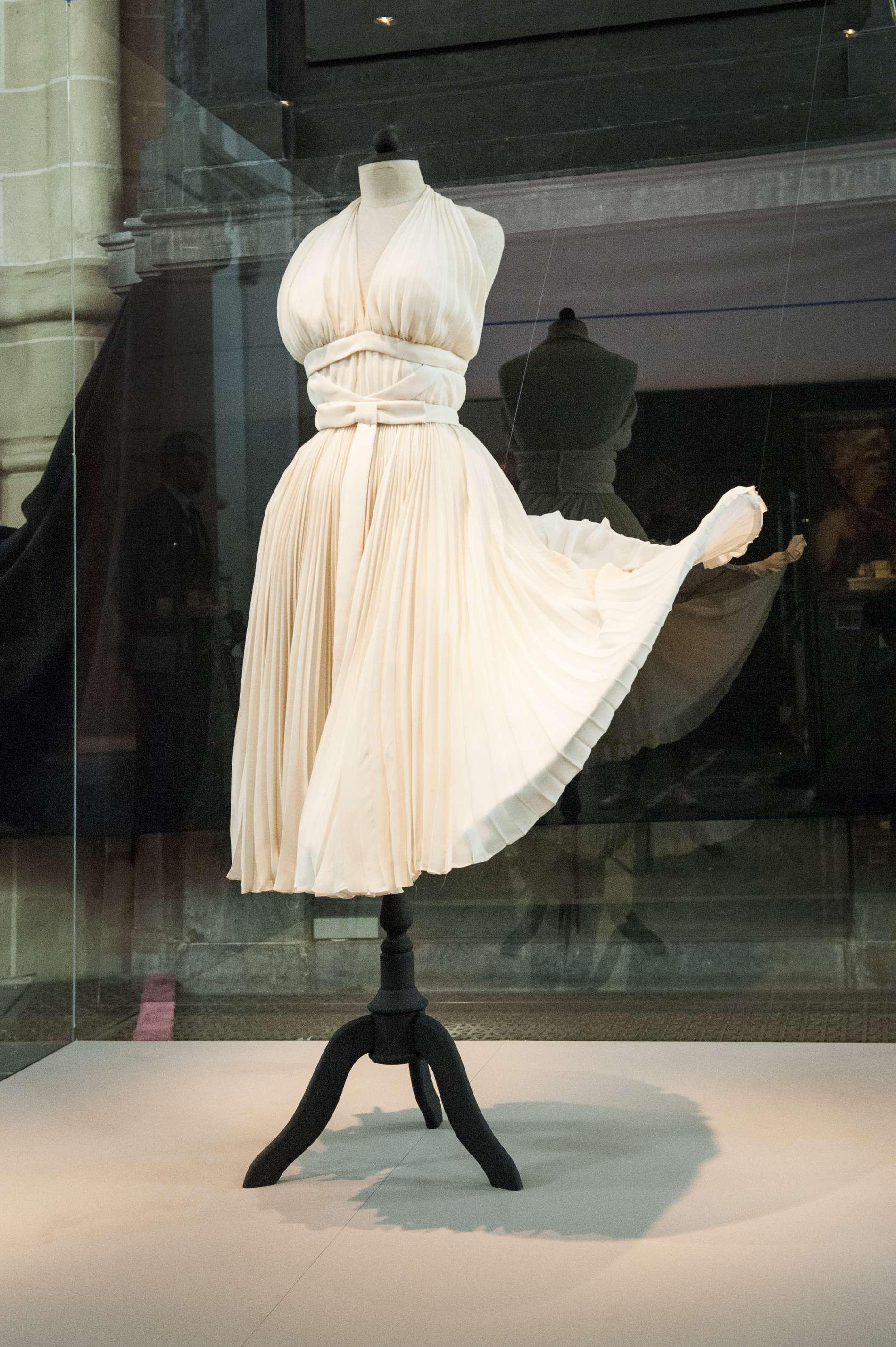 Opwaaiende wiite jurk